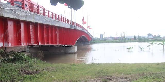 Nonton Banjir Sungai Wulan Dari Jembatan Senilai Rp 115 Miliar dan Taman Tanggul Angin Yang Tengah Menangis