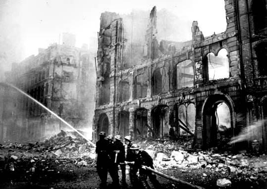Los bomberos luchan contra las llamas de un bombardeo