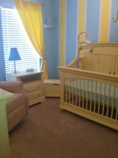 cuarto de bebé en azul y amarillo