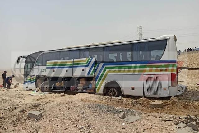 إصابة 14 شخصًا في حادث انقلاب أتوبيس على طريق قنا  سوهاج