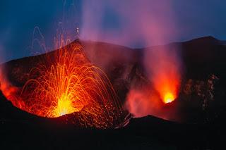Erupsi Gunung Api yang mengeluarkan lahar berupa lava