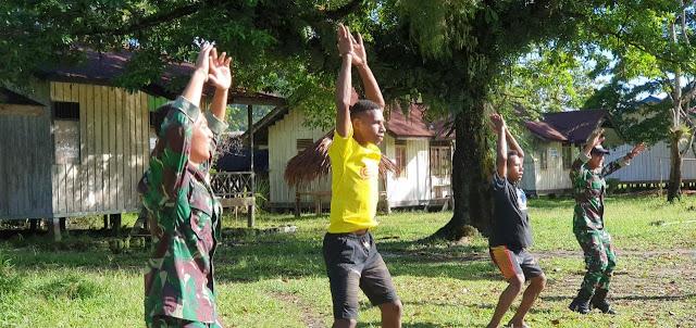 Terbatasnya Tenaga Guru, Satgas TNI Yonif 403/WP Jadi Guru Olahraga di Batom Pegunungan Bintang