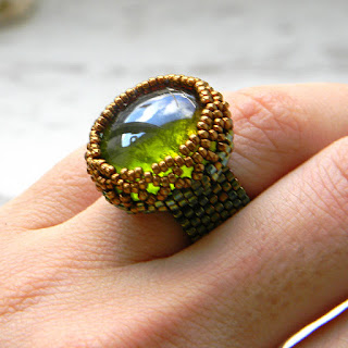 Бисерное кольцо со стеклянным кабошоном - бронзово-зеленое