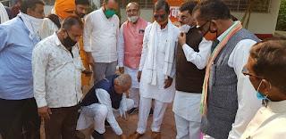 सांसद चौहान ने तायड़े जी को अपने हाथों से पहनाई चप्पल, विधायक श्रीमती कास्डेकर ने शाल श्रीफल से किया सम्मान