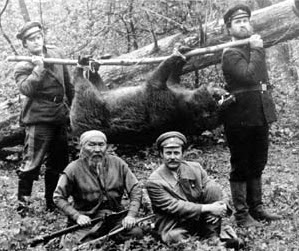 Maksim Munzuk as Dersu Uzala, Yuri Solomin as Captain Vladimir Arseniev, dersu uzala hunted bear potrait, directed by  akira kurosawa