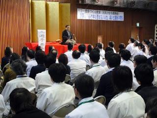 講師・三遊亭楽春の心と体を癒す笑いは健康の良薬講演会の風景。