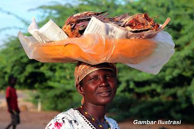 Inspirasi Ibu Penjual Ikan Fufu dan Kasuami Keliling di Jalan
