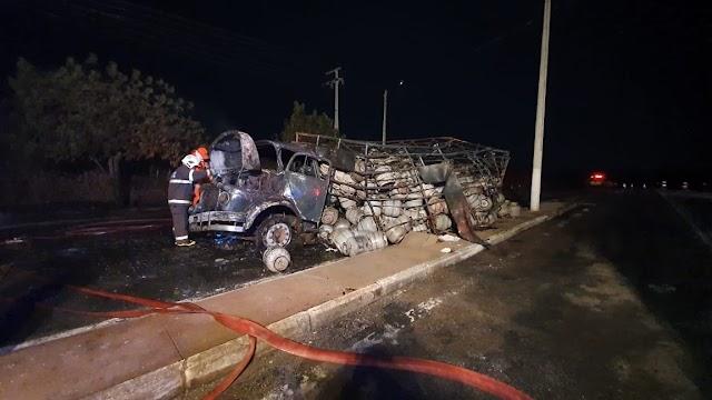 Caminhão carregado de botijões de gás pega fogo na CE-257 em Santa Quitéria