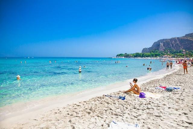 Praia Mondello em Palermo na Sicília