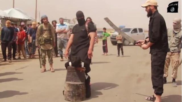 داعش يقوم بقطع رأس إمرأتين بطريقة غريبة مع زوجيهما والسبب !!