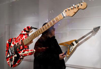 La guitarra 'Frankenstrat' de Eddie Van Halen, en una exposición en el Museo Metropolitano de Nueva York, en 2019