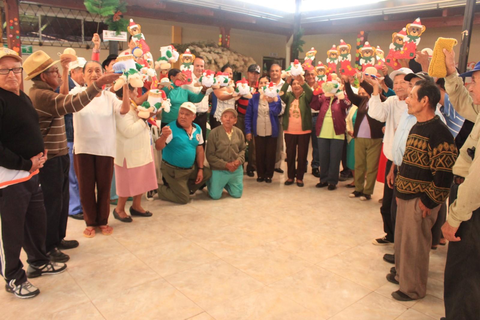 Zamora chinchipe adultos mayores fortalecen sus for Elaboracion de adornos navidenos