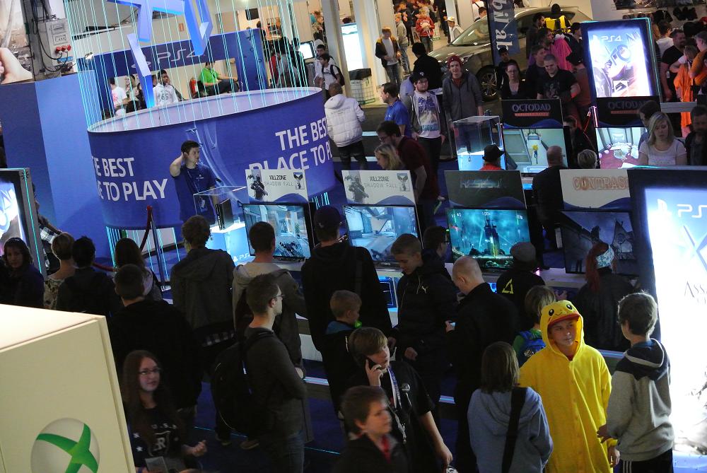 Folk köade för att få testa på framtidens konsoler.