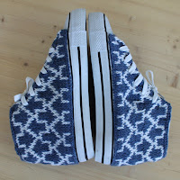 http://laukkumatka.blogspot.fi/2016/08/tennarituunaus-knitting-iconic-shoes.html