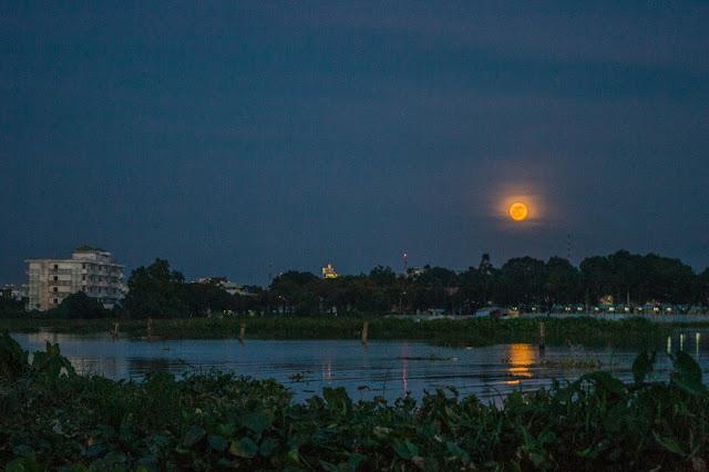 Mặt Trăng vừa mọc trên bầu trời ký túc xá Đại học Cần Thơ ở thành phố Cần Thơ. Hình ảnh: Trường Huỳnh.