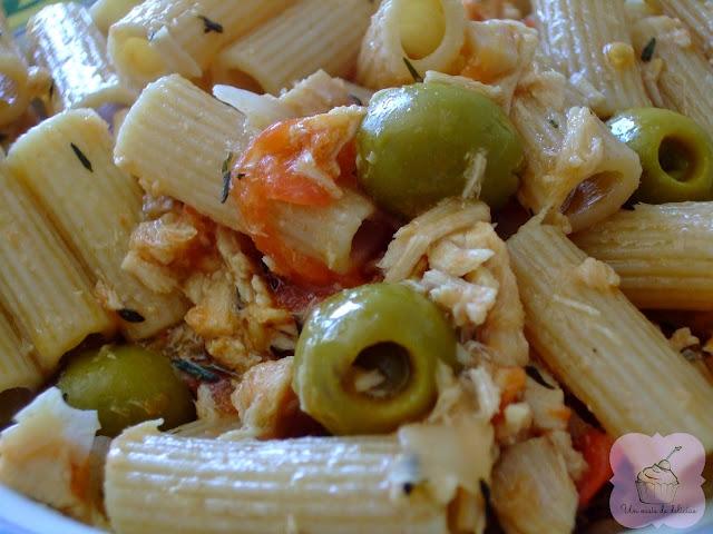 Pâtes au thon, aux olives et à la tomate