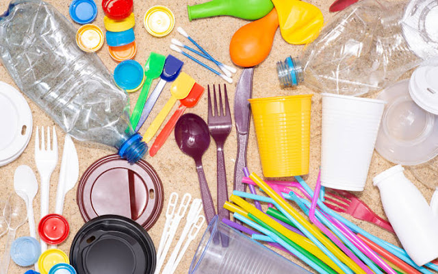 Καταργούνται από την 1η Φεβρουαρίου 2021 τα πλαστικά μίας χρήσης στο Δημόσιο όπως αναφέρει ο γενικός γραμματέας Φυσικού Περιβάλλοντος και Υδάτων Κωνσταντίνος Αραβώσης με επιστολή του προς όλους τους φορείς του Δημοσίου.
