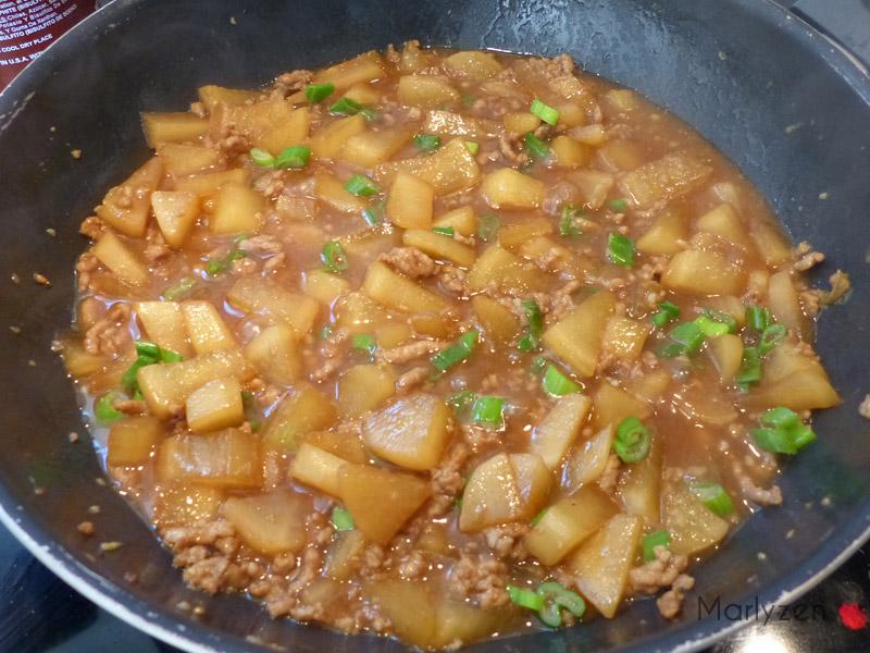 Laissez la sauce épaissir et ajoutez les oignons verts.