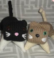 http://patronesjuguetespunto.blogspot.com.es/2014/06/patron-gatos-de-punto.html