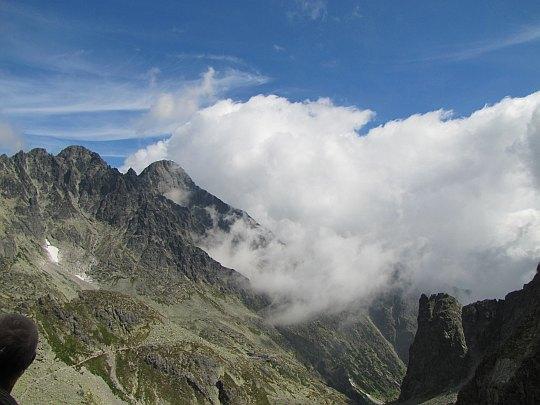Durny Szczyt (słow. Pyšný štít, 2621 m n.p.m.), a za nim Łomnica (słow. Lomnický štít, 2634 m n.p.m.).