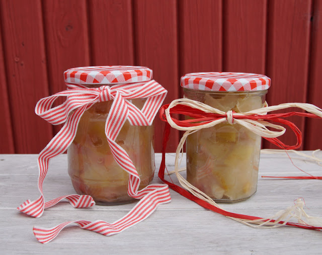 Rezept: Dänisches Apfelkompott zubereiten. Mit Vanillezucker eingekocht ist das Kompott aus reifen Äpfeln lange haltbar.