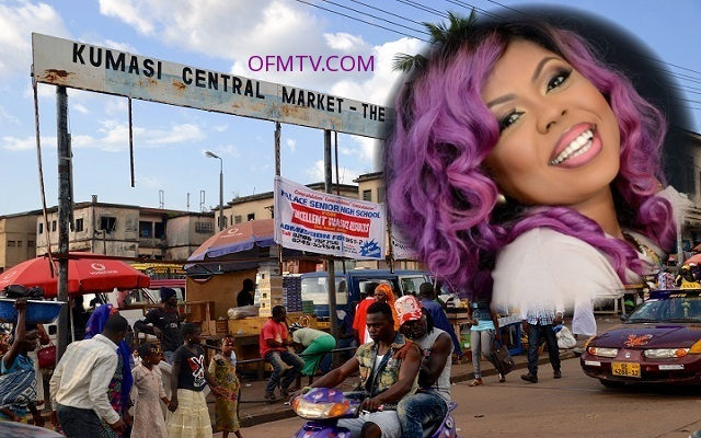 People rushed to have a glimpse at Afia Schwarzenegger inside Kumasi Market.