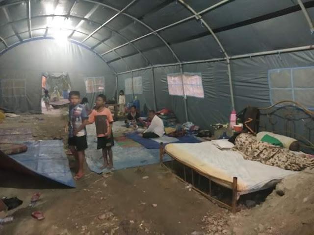 Warga Asahan yang menjadi korban banjir saat di tenda pengungsian.