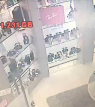 ... a ótica Finesse no Hiper Bom Preço, renderam as funcionárias e um  cliente que entrou na hora do assalto, subtraindo objetos avaliados em R   40,000,00. eeb9cfa722