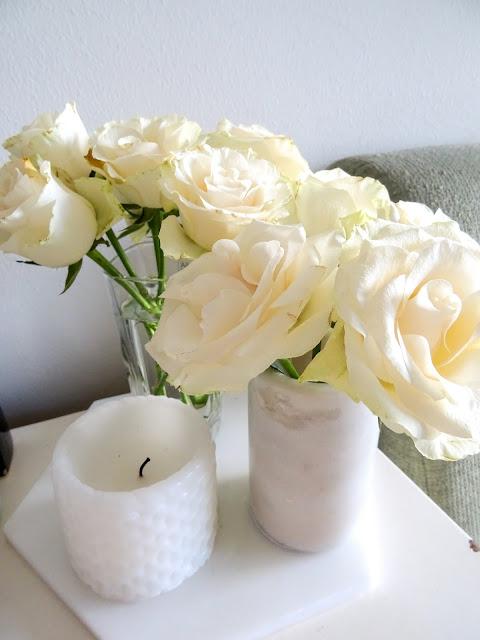 Epäsuositut mielipiteet, blogihaasteet, olohuone, valkoiset ruusut, marmorialunen, marmorimaljakko