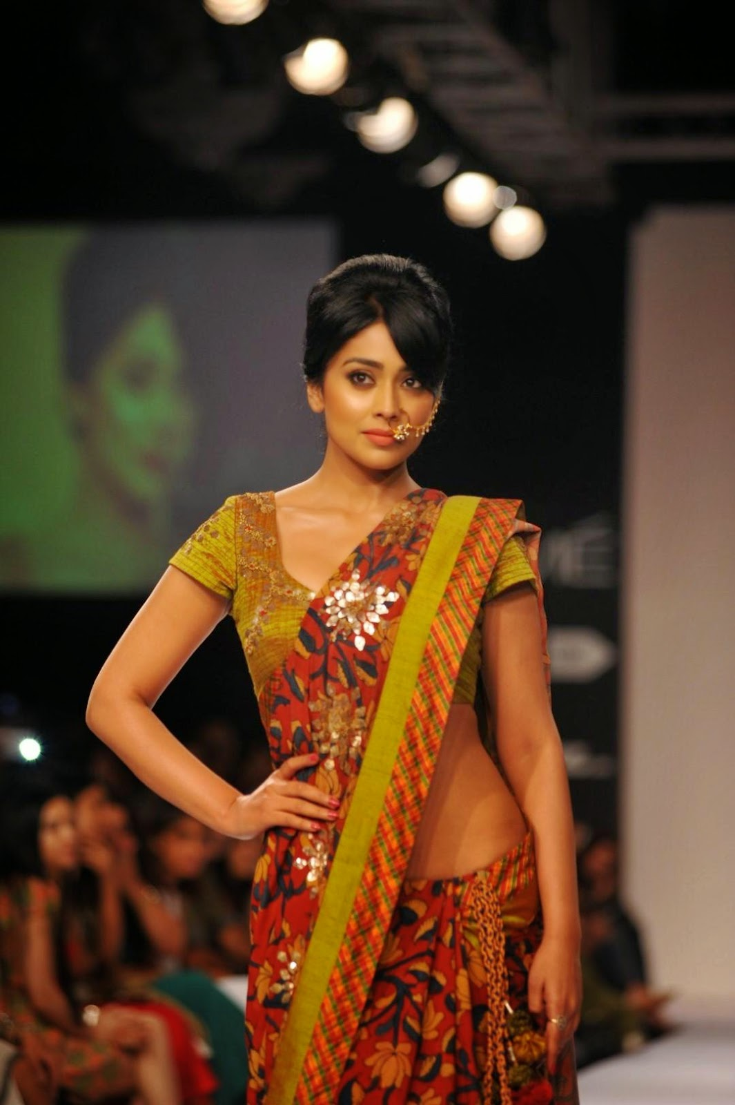 desi actress pictures: shriya saran looks super sexy on the ramp