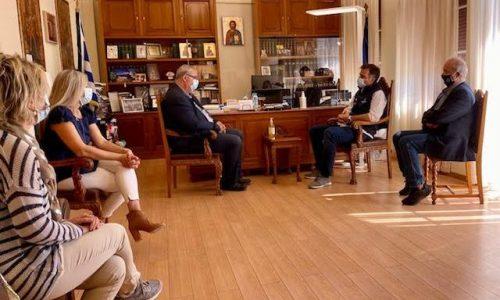 Ζητήματα που αφορούν τη συνεργασία Περιφέρειας Ηπείρου και Ε.Ο.Δ.Υ. για την αντιμετώπιση της πανδημίας του κορωνοϊού εξετάστηκαν στη σημερινή επίσκεψη του Προέδρου του Οργανισμού Παναγιώτη Αρκουμανέα στον Περιφερειάρχη κ. Αλέξανδρο Καχριμάνη.