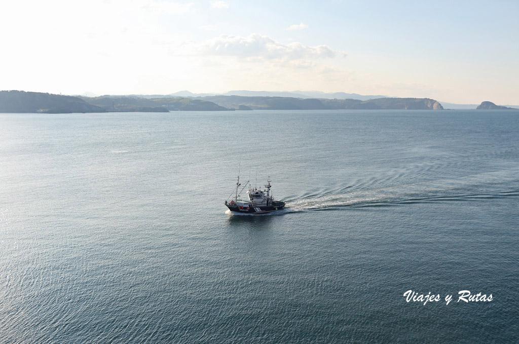 Barco en el Mar Cantabrico, senda Costera