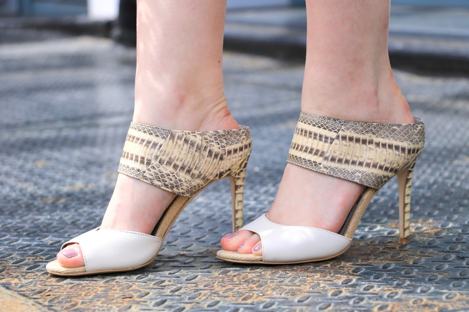 nyc fashion blogger Kathleen Harper wearing Sam Edelman white heeled mules