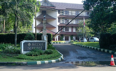 jalan masuk wisma makara universitas indonesia kolam renang depok nurul sufitri mom lifestyle blogger