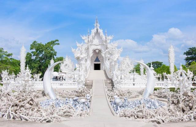 Để bước vào chùa, du khách sẽ đi qua cây cầu luân hồi - tái sinh, nơi có vô số bàn tay ngoi lên như muốn như cầu cứu hoặc để kéo bất kỳ ai xuống dưới. Những bàn tay kỳ dị này tượng trưng cho ham muốn nhục dục của con người.