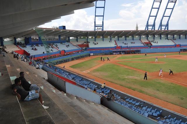 A estadio vacío se juega la pelota en Cuba...aparentemente este fenómeno le importa a muy pocos