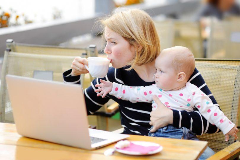 Mamme lavoro da casa con bambini