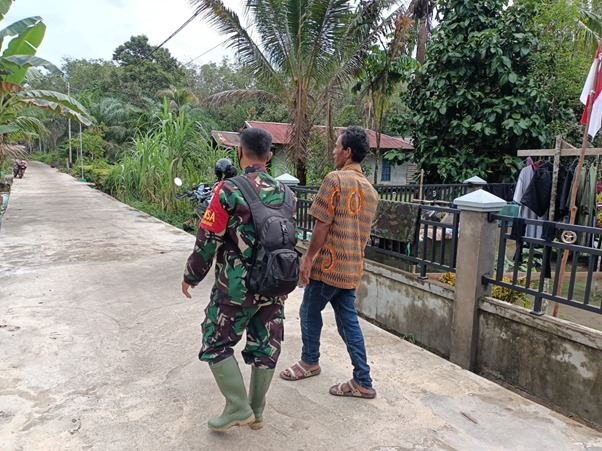 Satgas TMMD Ke-111 Kodim 1207/Ptk Himbau Ketua RT Pangkas Pohon Rawan Tumbang