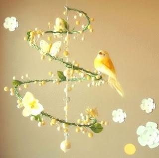giostrina da culla con fiori e uccelli