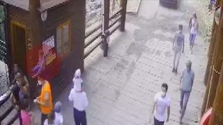 بالفيديو: لحظة أمساك الشرطة التركية طفل سقط عن كتف والده
