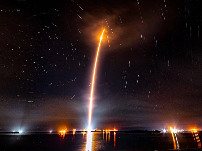 Longa exposição revela 'startrail' em lançamento do foguete Falcon 9