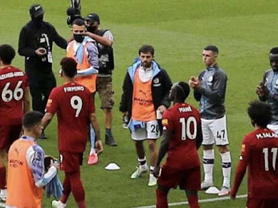 """Fan Liverpool phẫn nộ vì cầu thủ Man City không vỗ tay chào đón """"tân vương"""""""