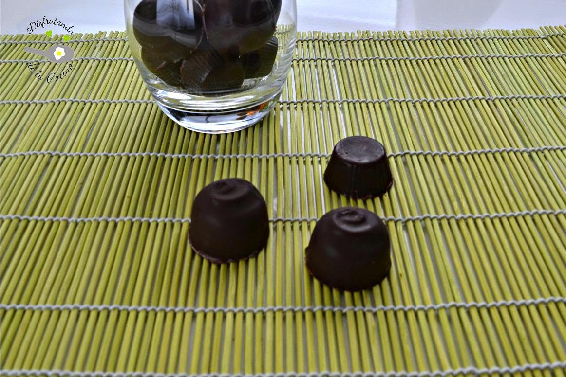 BOMBONES DE CHOCOLATE RELLENOS DE TRUFA BLANCA