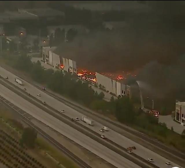 حريق ضخم يلتهم  مستودعات شركة أمازون في كاليفورنيا
