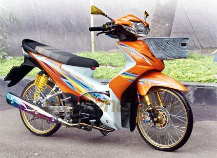 Foto Modifikasi Honda Revo konsep Indo-Thai memadukan platform mothai termasuk permainan kombinasi warna oranye dan putih ini yang masih mengusung identitas Revo pola stripping ala motor Thailand kaki ceking mengusung ban depan Camel dan belakang Duro