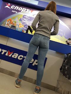 Mujeres delgadas buen trasero usando jeans pegados