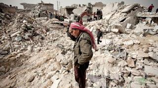 Εκεί που κάποτε ήταν πριν το σπίτι του, βρίσκει αυτός οι Σύριος μόνο τα συντρίμμια