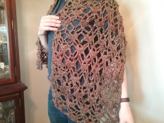 Shawl in crochet, alternating lacy shells