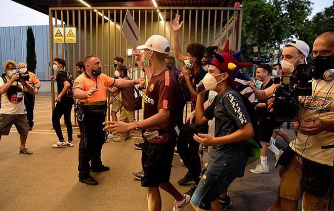 """Fan Barca giận dữ """"đánh chiếm"""" Nou Camp vì Messi, cảnh sát phải vào cuộc 5"""