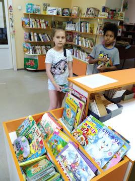 Девочки получают книги младший отдел бібліотека-філія №4 М.Дніпро